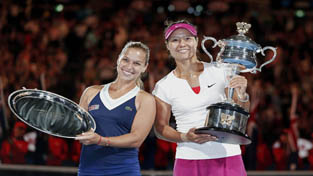 Li Na (R) of China poses with the Daphne Akhurst Memorial Cup, standing next to Dominika Cibulkova of Slovakia, whom she defeated in their women's singles final match at the Australian Open 2014 tennis tournament in Melbourne