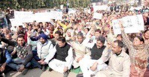 BCC Bishnah members, Congress and DSS activists staging protest dharna near Press Club in Jammu on Friday.           -Excelsior/ Rakesh