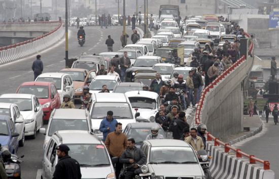An unending traffic jam at fly over bridge in Jammu on Monday. —Excelsior/Rakesh