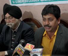 Narinder Gupta interacting with media persons at Jammu on Saturday. —Excelsior/Rakesh