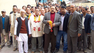 Dr Jitendra Singh being received by MLA Bani Master Lal Chand and other BJP leaders at Bani on Sunday.