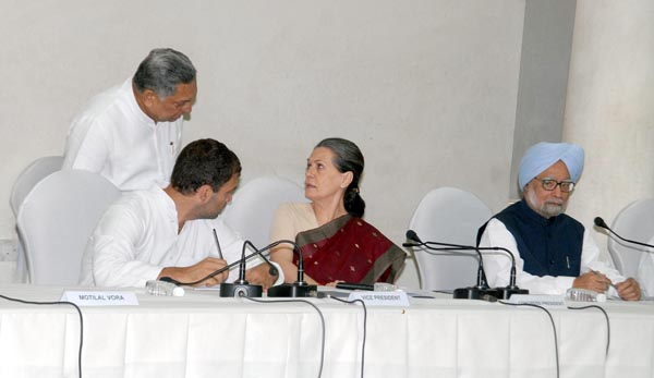 Congress president Sonia Gandhi in conversation with party's Vice President Rahul Gandhi and general secretary Janardan Dwivedi during the CWC meeting in New Delhi on Monday. Outgoing Prime Minister Dr Manmohan Singh also attended the meeting.(UNI)