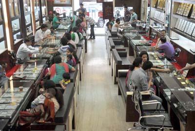 People buying jewellery on the eve of Akshaya Tritiya at Jammu on Thursday. —Excelsior/Rakesh