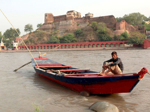 A boatman waits for riders on the banks of river Chenab in Akhnoor on Sunday. —Excelsior/Rakesh