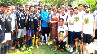Teams of Wazir United and Gold's Gym posing for a group photograph alongwith the chief guest, Harmeet Wazir in Jammu.