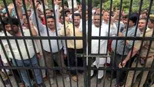 Govt employees staging protest outside Divisional Commissioner's office at Jammu on Thursday. —Excelsior/ Rakesh