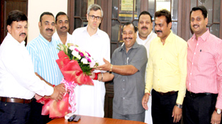 Office bearers of Jammu Chamber of Commerce and Industries posing with Chief Minister Omar Abdullah.