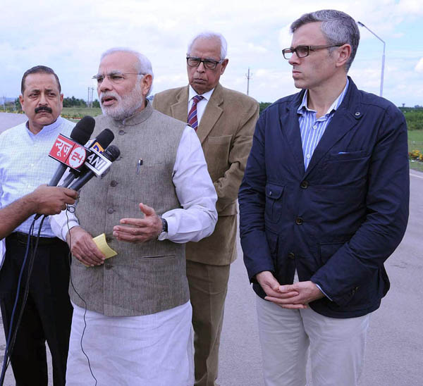 Prime Minister Narendra Modi giving statement to media, after reviewing the situation of flood affected areas in Srinagar on Sunday.(UNI)