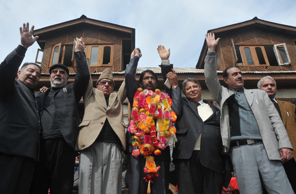 Newly appointed PCC chief Ghulam Ahmad Mir with former Congress chief Prof. Saif-ud-Din Soz and senior party leaders joining hands during a rally at Party office in Srinagar on Saturday. —Excelsior/Amin War