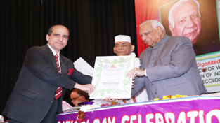 Dr Ravi Jyee receiving SAVE award from Chattisgarh Governor.
