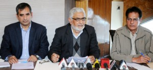 Senior members of Kashmir Hotel and Restaurant Owners Federation addressing a press conference in Srinagar on Wednesday.  -Excelsior/ Amin War