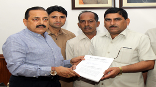 Union Minister Dr Jitendra Singh receiving a memorandum from a deputation of West Pakistan Refugees Action Committee led by its President, Labha Ram Gandhi at New Delhi .