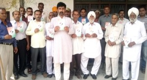 Arun Sharma launching Congress membership drive at Vijaypur on Sunday.