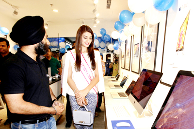 A salesman briefing a customer about the features of Apple product at iSpace, an exclusive Apple store at Wave Mall, Jammu. -Excelsior/Rakesh
