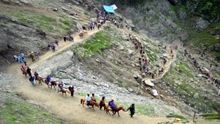 Amarnath yatris on their way to holy cave near Pissotop on Thursday. -Excelsior/Sajad Dar