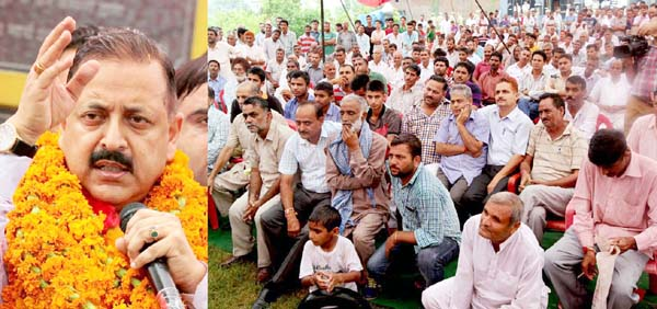Union Minister, Dr Jitendra Singh addressing a meeting of border people near Zero Line in Hiranagar sector on Saturday. -Excelsior/Rakesh