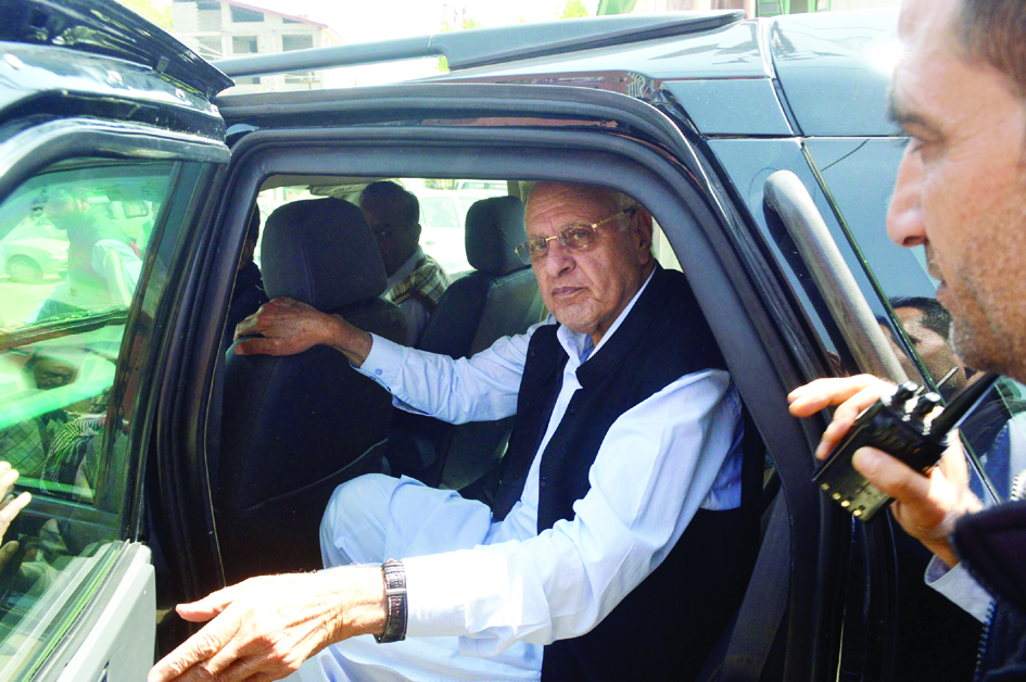 April-22,2015- SRINAGAR :Jammu and Kashmir National Conference party President and former Union Minister Dr. Farooq Abdullah visit Lal Chowk interacts with kashmiri kashmiri after flood-hit kashmir valley during his first public appearance at Residency Road lal Chowk in Srinagar on Wednesday after returing from abroad where he underwent kidney replacement sugary last year. Photo/Mohd Amin War