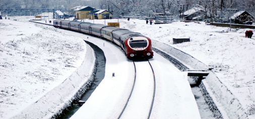 Train service between Banihal and Baramulla resumed after heavy snowfall in Pir Panjal area of South Kashmir on Friday. Another pic on page 6. —Excelsior/Sajjad Dar