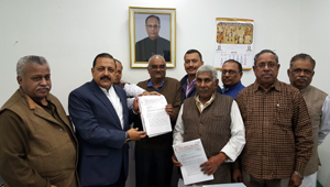 Union Minister Dr Jitendra Singh receiving a memorandum on 7th Central Pay Commission Report from a delegation of Government Employees' National Federation at New Delhi.
