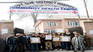 Residents of Bijbehara protesting outside SHD on Wednesday. -Excelsior/Younis Khaliq