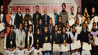 Young achievers alongwith Chief Secretary and other officers posing for a group photograph.