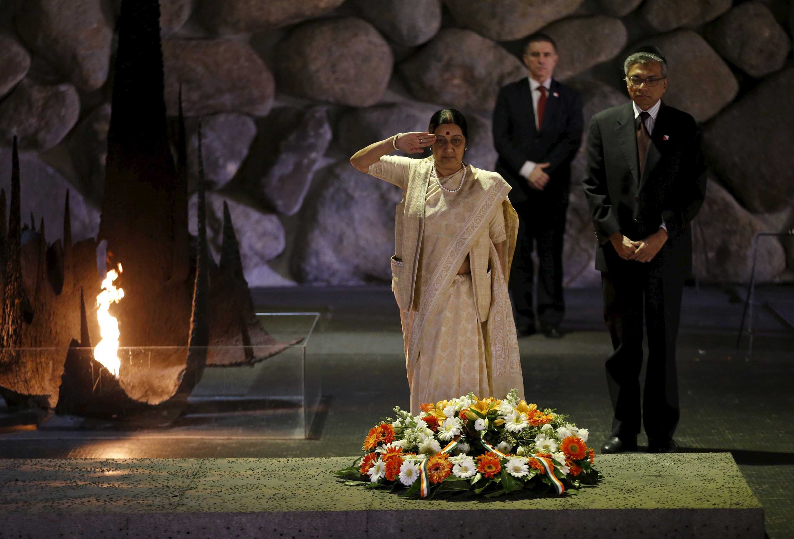 Indian Foreign Minister Sushma Swaraj observes a moment of silence after laying a wreath with Indian ambassador to Israel, Jaideep Sarkar , during a ceremony in the Hall of Remembrance at Yad Vashem Holocaust Memorial in Jerusalem January 18, 2016. (UNI)