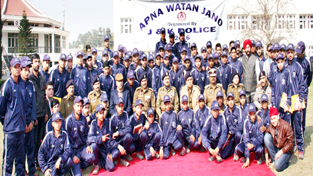 Student after returning from 10-day tour 'Apna Watan Jano' posing for a group photograph alongwith ADGP Navin Agarwal and other police officials.
