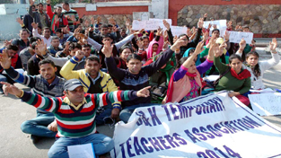 Temporary teachers protesting on Saturday for continuation of their service.