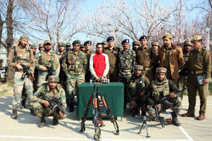 LeT militant Shakoor Ahmed apprehended in a joint operation by 62 RR and Kulgam police at Behibagh, Kulgam on Thursday. — Excelsior/ Younis Khaliq