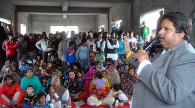 Congress leader Raman Bhalla addressing party workers at Qasim Nagar.