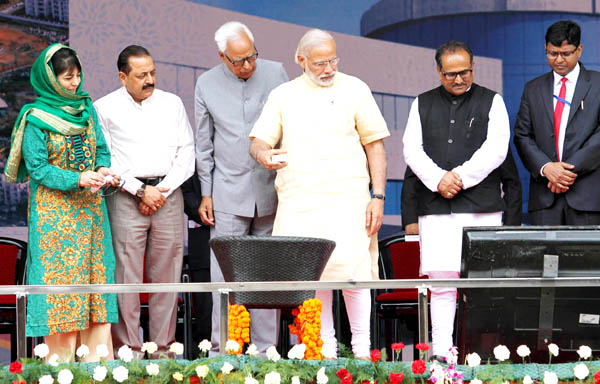 Prime Minister Narendra Modi inaugurating Shrine Board hospital electronically by pressing button from the rally dais at Kakryal, Katra on Tuesday. Another pic on page 6. -Excelsior / Rakesh