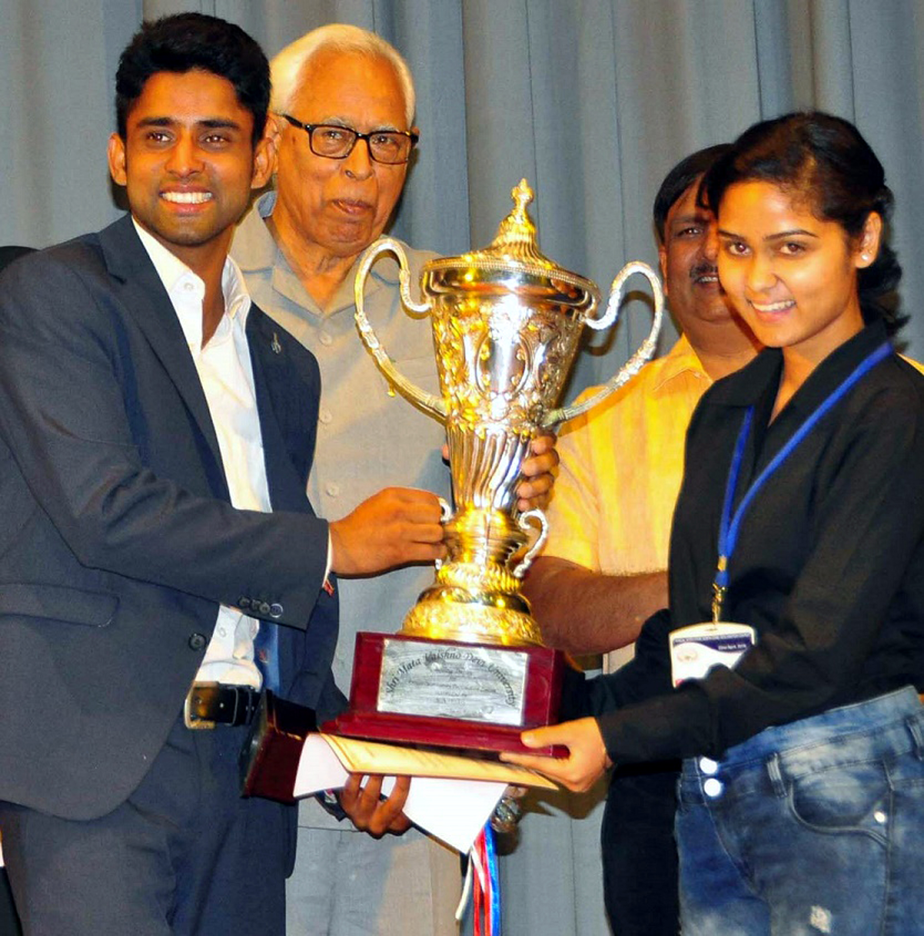 Gtovernor N N Vohra presenting silver rolling trophy to the winners.