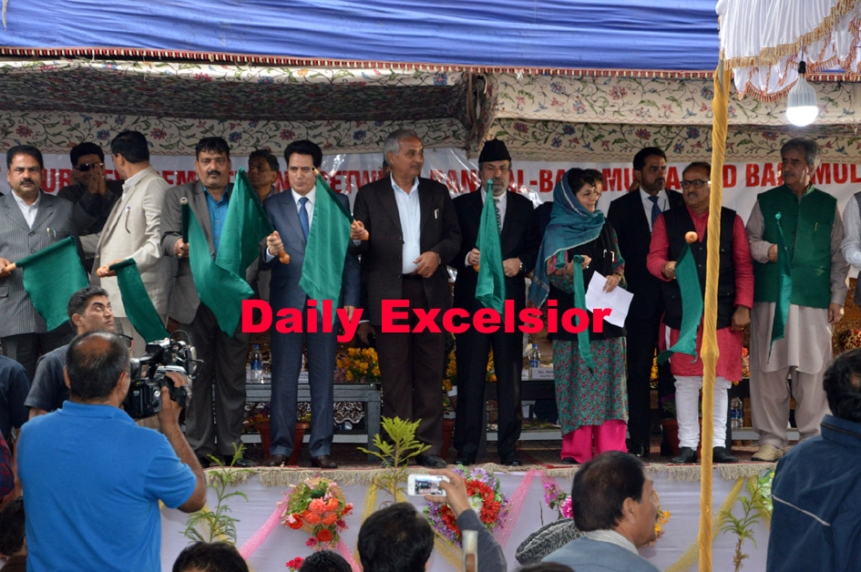 Chief Minister Mehbooba Mufti  and deputy Chief minister dr. Nirmal  Singh.. inaugurating a super fast train at Anantnag Railway Station in south kashmir …Excelsior\Sajad Dar