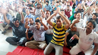 JU Non-Gazetted employees protesting in support of their demands on Tuesday.
