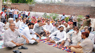 People protesting at Bari Brahmana against power failure on Saturday. —Excelsior/Gautam