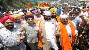 Union Ministers Ram Vilas Paswan and Dr Jitendra Singh receiving Baba Bandha Singh Bahadur Yatra at Jammu on Tuesday.      —Excelsior/Rakesh