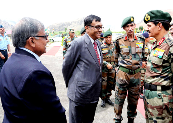 Army Chief Gen Dalbir Singh Suhag meeting Col Basu Deb Mitra and Lt Col Dipak Dass, who had clicked kargil war in their cameras in 1999, at Drass in Kargil on Monday. Northern Command Chief Lt Gen D S Hooda is also present.