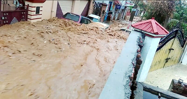 Vehicles trapped in flash flood in Janipur area of Jammu on Wednesday.—Excelsior/Rakesh