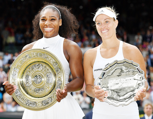 Serena Williams and Angelique Kerber posing with their trophies.
