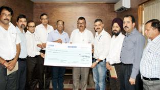 Chairman J&K SIDCO Chander Parkash Ganga alongwith MD Amit Sharma receiving Samba IGC-III land allottment cheque from Dabur India team.