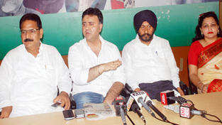 PCC gen secy, Vikram Malhotra, flanked by other Cong leaders addressing press conference in Jammu on Friday. —Excelsior/Rakesh