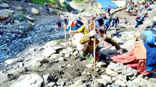 Amarnath yatris heading towards holy cave via Chandanwari route on Thursday.  -Excelsior/Sajad Dar