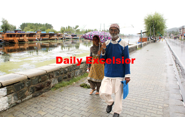 An old Couple walks on the banks of Dal Lake during Rain in Srinagar.Excelsior\Shakeel-ul-Rehman