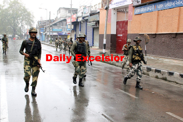 BSF personnel patrolling at  Lal Chowk in Srinagar on saturday ….Excelsior\Shakeel-ul-Rehman