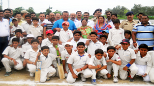 Minister for Industries and Commerce Prakash Ganga and players posing for a group photograph.