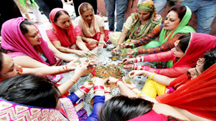 Women perform rituals for the long life of their sons on the occasion of 'Bacch Dua' in Jammu on Sunday.  -Excelsior/ Rakesh