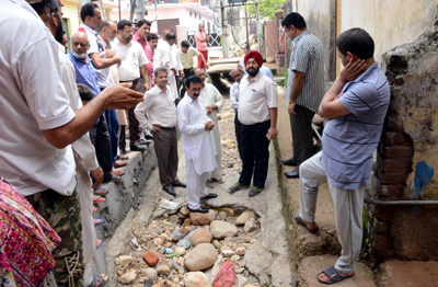 JMC Commissioner inspecting a Nallah in Jammu city on Sunday.