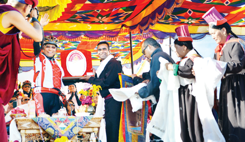 A dignitary presenting a memento to Gyalwang Drukpa Rinpoche, Head of Drukpa lineage, on reaching Leh. —Excelsior/Stanzin