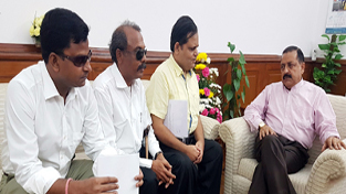 Union Minister Dr Jitendra Singh interacting with a delegation of visually impaired bankers, at New Delhi.