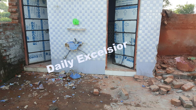 Houses damaged in RS Pura sector due to heavy shelling from across the border…Excelsior\Rakesh